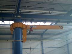Konzolové žeriavy GIGA - otočný stĺpový žeriav GKOJ 2t:6m inštalovaný na nosný stĺp výrobnej haly