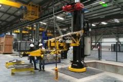 Robotické zváracie stanice vybavené kladkostrojmi GIGA